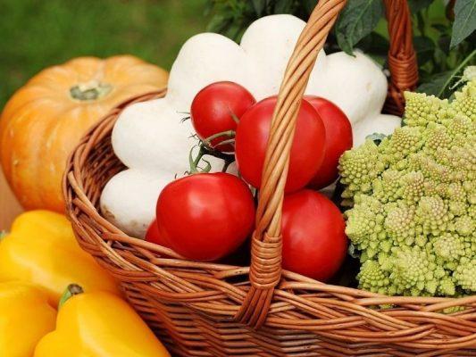 Dùng rau, củ, quả là một trong những cách giúp giữ nước trong cơ thể